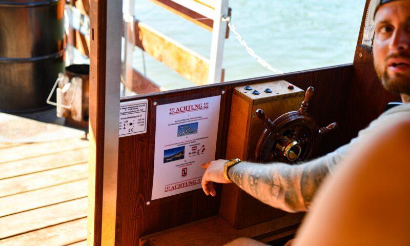 Einweisung und Erklärung der Sicherheitshinweise für das Hausboot durch unseren Mitarbeiter Paul
